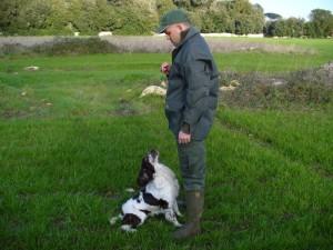 Partendo dall'impartizione di semplici comandi che stabiliscano il rapporto di fiducia e collaborazione fra cane e cacciatore, si potrà poi procedere alla caccia vera